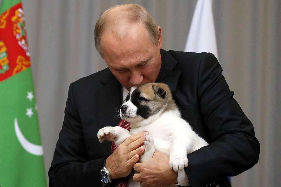 Ένα φιλί από τον Βλαντιμίρ Πούτιν στον νεαρό καλοθρεμμένο και «πιστό» του φίλο