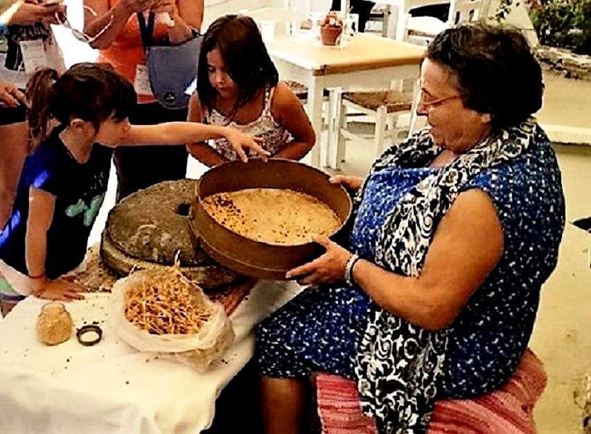 Φάβας και γιαπράκια. Η Αμοργός μαγειρεύει και στηρίζει την ελληνική κουζίνα και τα τοπικά προϊόντα