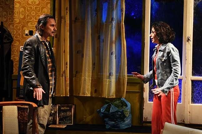 """«Η λάμψη μιας ασήμαντης νύχτας». Φωτογραφίες από την παράσταση στο θέατρο """"Επί Κολωνώ"""""""