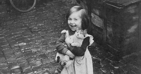 Παυλίνα Παμπούδη, «Στη σιδερένια σκάλα, αγκαλιά με τη γάτα που την έλεγαν Χιονάτη»