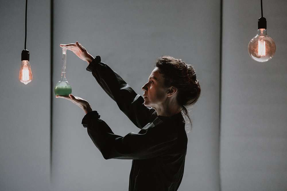 Η «Μαρί Κιουρί» της Ευσταθίας, με την Πέγκυ Τρικαλιώτη, έρχεται ξανά στο θέατρο «Σταθμός»