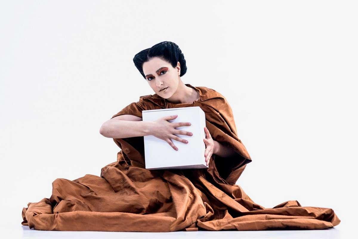 """Ελένη Μολέσκη: «Για εμένα Ιστορία και Θέατρο δεν είναι δύο διαφορετικές πορείες, είναι μία"""""""
