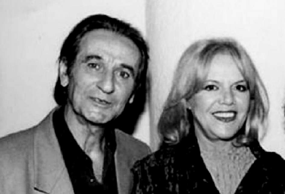 c5341be533 Ο Σωτήρης Μουστάκας με τη Μαρία Μπονέλλου. Για χάρη της «έπαιζε θέατρο» και  μέσα στο θάλαμο του ασανσέρ.