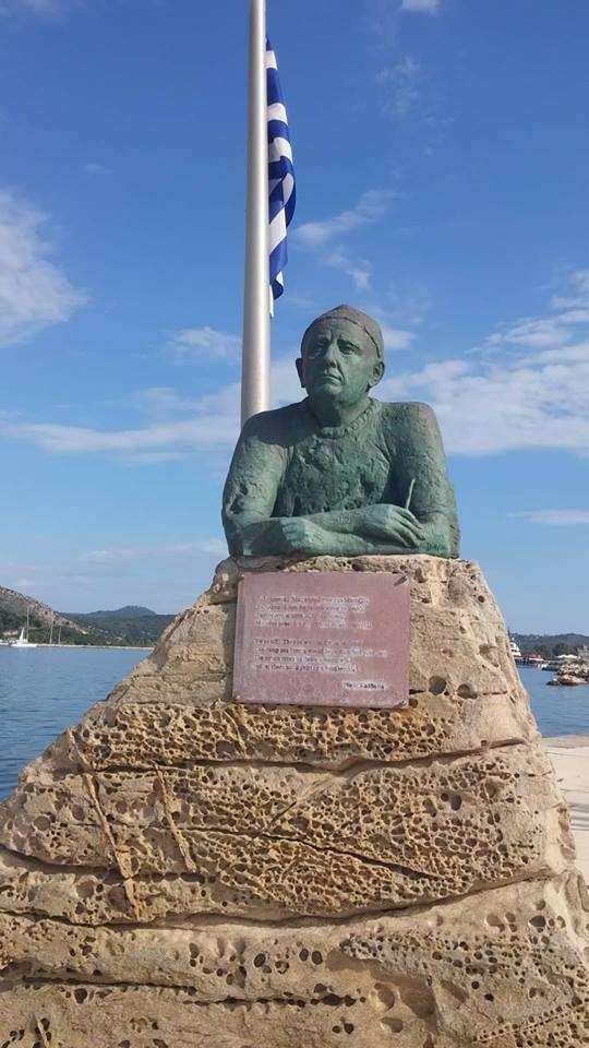 Το άγαλμα του Νίκου Καββαδία στο Αργοστόλι