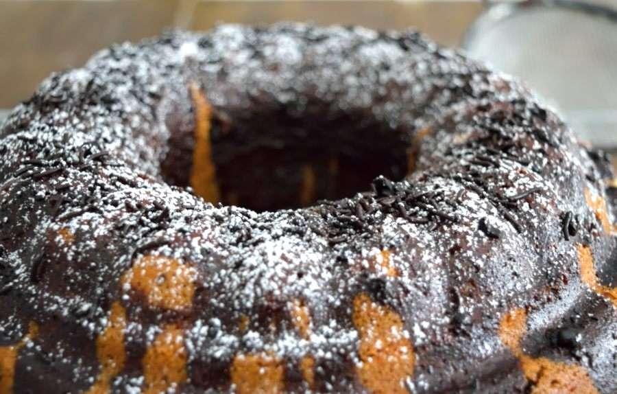Κέικ με γιαούρτι και τρούφα σοκολάτας. Ο καλύτερος φίλος για την εφημερίδα και τον πρωινό καφέ