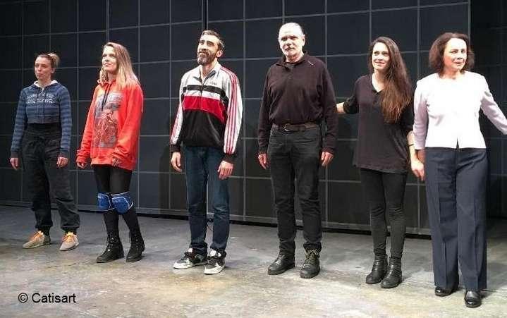 5256dbac5a0 Ο Γιώργος Χατζηνικολάου, μεταφραστής και σκηνογράφος της Έμμας, μοιράζεται  το χειροκρότημα με τους ηθοποιούς.