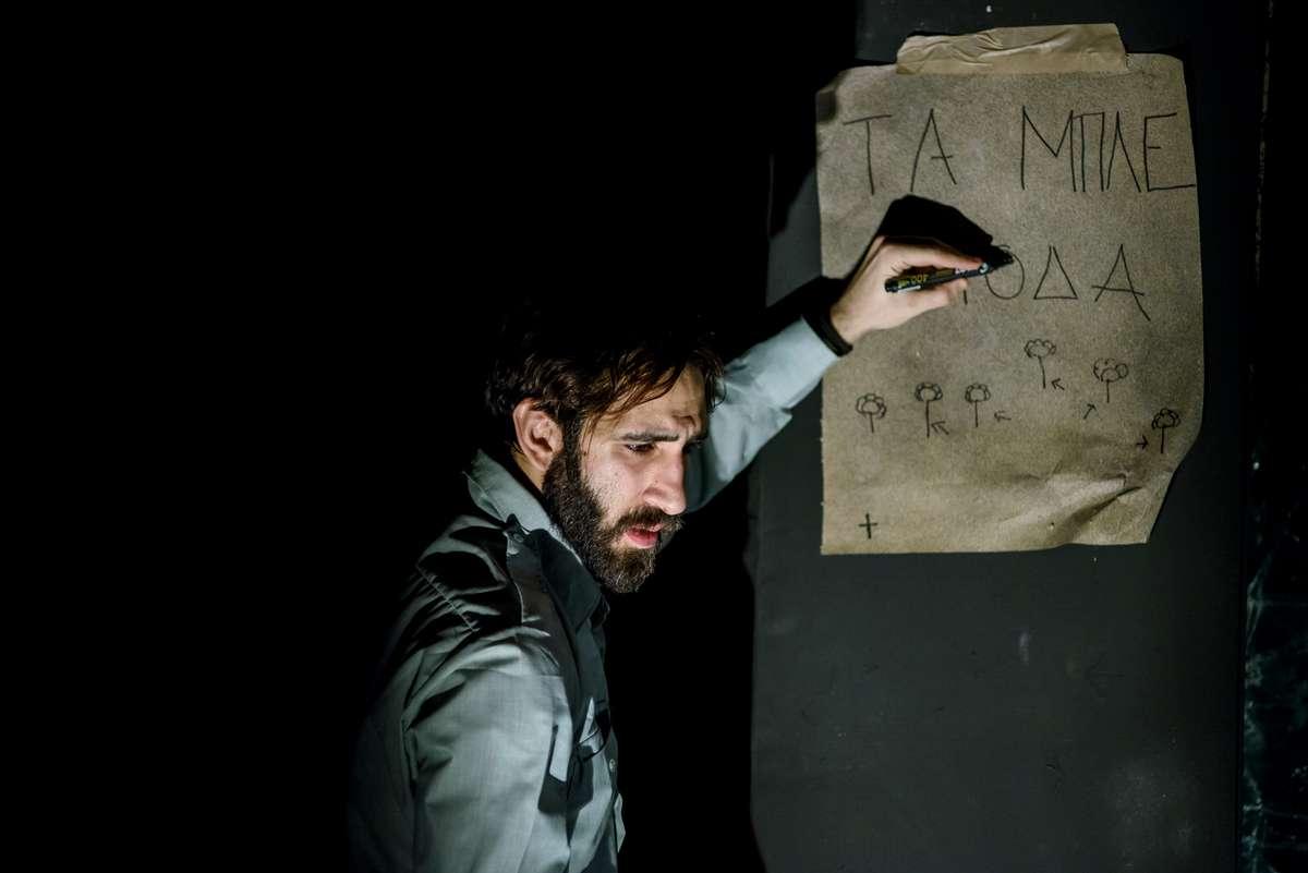 """Ο Χάρης Φραγκούλης ως Τομ Ουίνγκφιλντ στον """"Γυάλινο Κόσμο"""" της οδού Κεφαλληνίας"""
