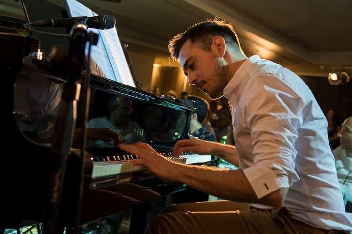 Σπύρος Παρασκευάκος: Γράφω μουσική σα να απευθύνομαι στον πιο αγαπημένο μου άνθρωπο…