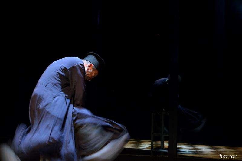 Ο «Ήλιος με δόντια» του Γιάννη Μακριδάκη σε θεατρική μεταφορά, σκηνοθεσία και ερμηνεία Βασίλη Βασιλάκη