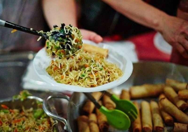 Γεύσεις χωρίς σύνορα στις μεταναστευτικές κουζίνες του 22ου Αντιρατσιστικού Φεστιβάλ