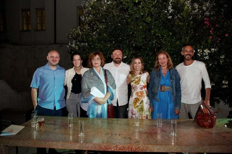 Από αριστερά: Ο Δάνης Κουμασίδης - πανεπιστημιακός, η Μαρία Γιαγιάννου-συγγραφέας, η Δήμητρα Χριστοδούλου-ποιήτρια, ο Δημήτρης Τανούδης-πεζογράφος, η ποιήτρια Ναταλία Κατσού, η ηθοποιός Στέλλα Αντύπα και ο ηθοποιός - συγγραφέας Τσιμάρας Τζανάτος