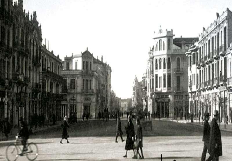 «Η μεγάλη πλατεία» (απόσπασμα) του Νίκου Μπακόλα
