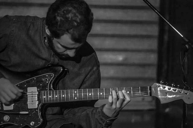 ALONE – Ο κιθαρίστας Γιάννης Αράπης στο Κέντρο Ελέγχου Τηλεοράσεων