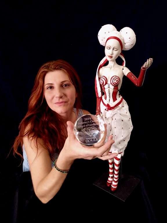 Η γλύπτρια Κωνσταντίνα Μώρου κέρδισε την 1η θέση στα International Dolls Awards of Excellence 2019