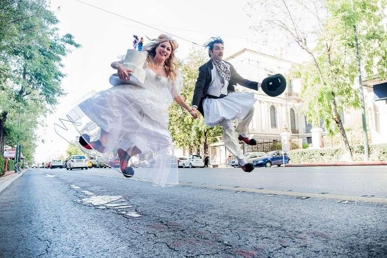 Δείτε το trailer της παράστασης «Του Κουτρούλη ο Γάμος» που σκηνοθετεί η Σμαράγδα Καρύδη