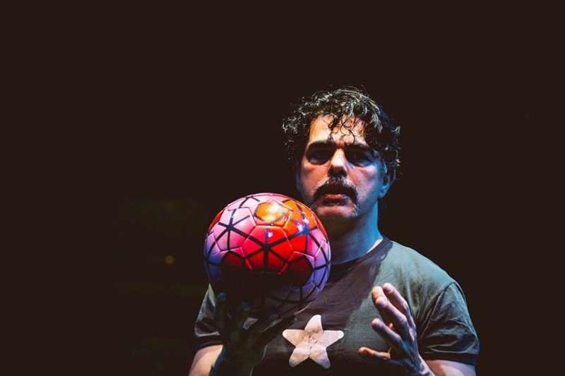 «Football», μια «σκληρή ματωμένη κωμωδία» του Θανάση Τριαρίδη με τον Σήφη Πολυζωίδη