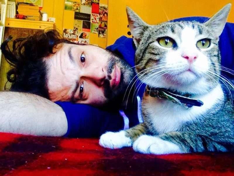 """Βασίλης Σκαρμούτσος: """"Με τους γάτους μου έχουμε μία σχέση δράσης – αντίδρασης"""""""
