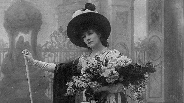 sara sarah Bernhardt in an 1887 stage production of Sardous La Tosca