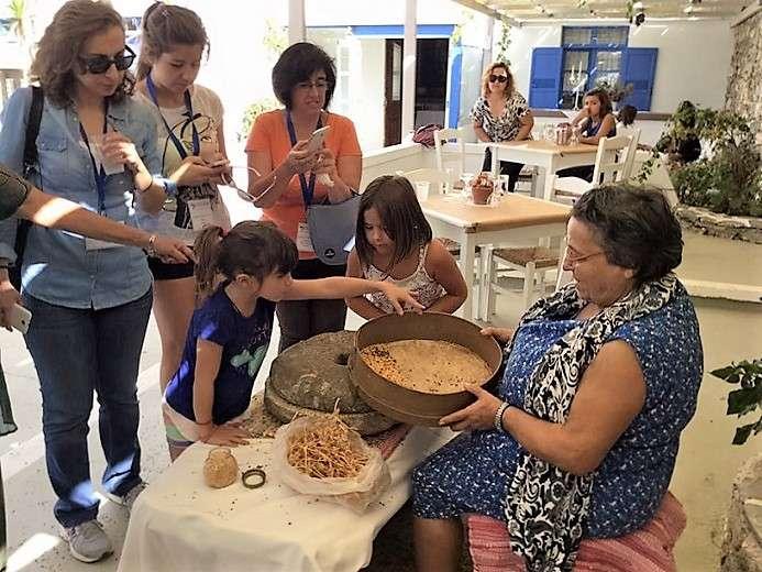 Η Μαρία Θεολογίτου και οι εγγονές εργάζονται μπροστά στο κοινό...