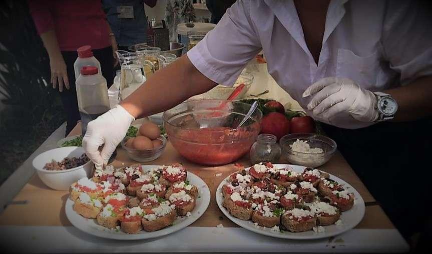 Η παρασκευή της αμοργιανής σαλάτας ως συμπλήρωμα στο φάβα