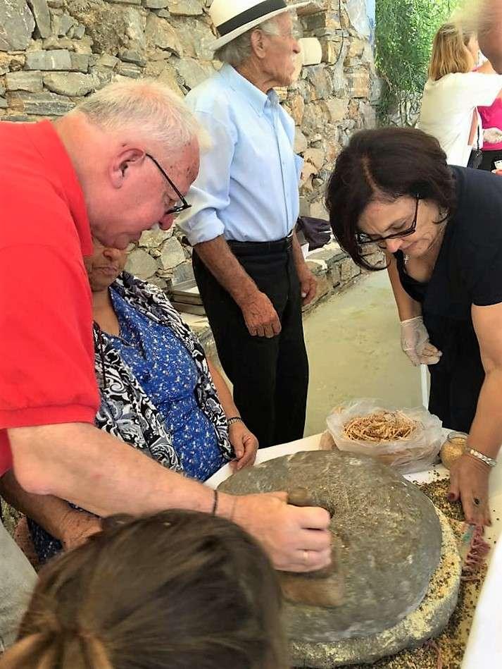 Ο Παναγιώτης Μήλας (catisart.gr) και η πρόεδρος του ΥΠΕΡΙΑ Ειρήνη Γιαννακοπούλου δίνουν χείρα βοηθείας. Μαζί τους ο Νικόλας Θεολογίτης