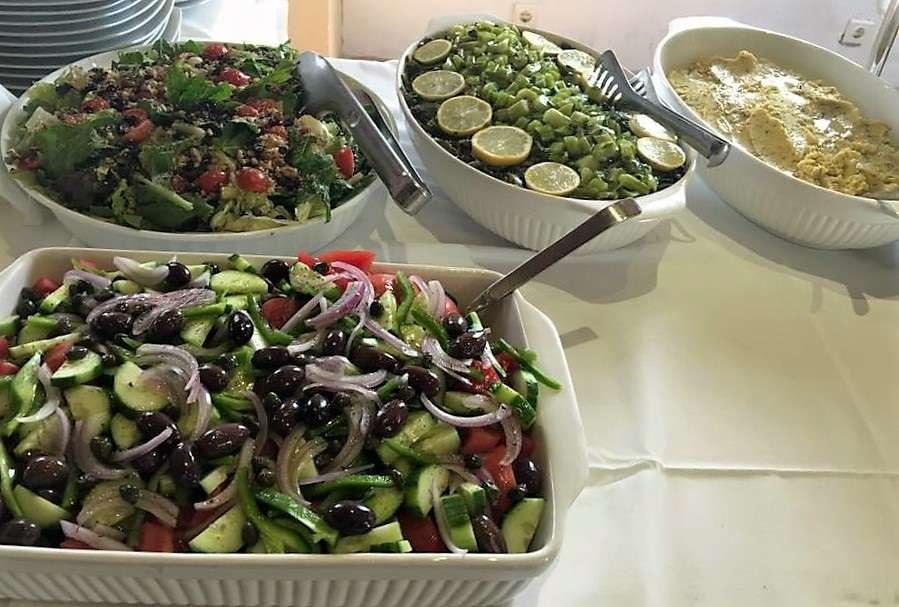 Ολόφρεσκες σαλάτες στο NISSI. Δεξιά, το φάβα.